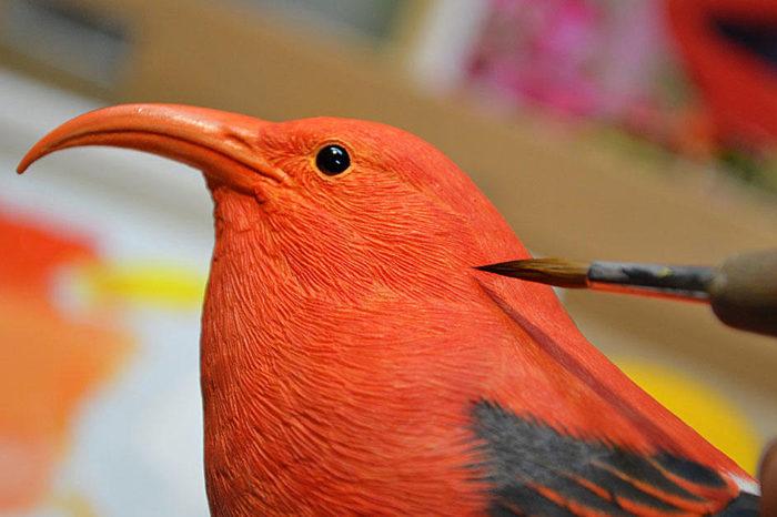 Japonský řezbář pomáhá nevidomým vidět ptáky skrze hmat