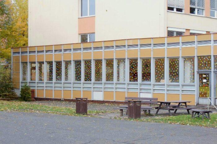 Obrazce atomů a molekul na oknech Základní školy ve Vrchlabí zachraňují ptačí životy